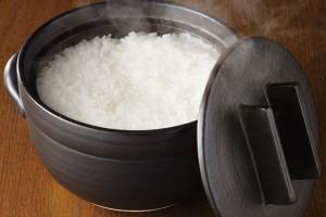 『モノナビ』にて「美味しく炊ける釜戸炊飯器」が紹介されました。